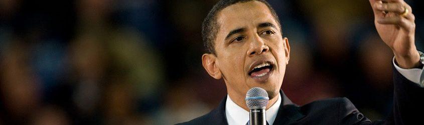 Barack Obama che parla in pubblico ad un microfono
