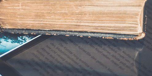 Libri e Tablet su Tavolo