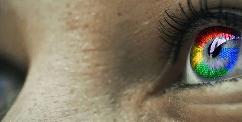 Occhi di donna che riflettono il logo di Google
