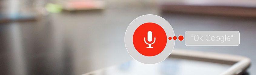 GOOGLE ASSISTANT: Tablet su tavolo e icona di ascolto vocale in primo piano