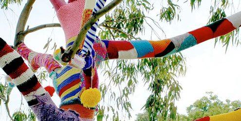 Albero foderato da pezzi di lana multicolore