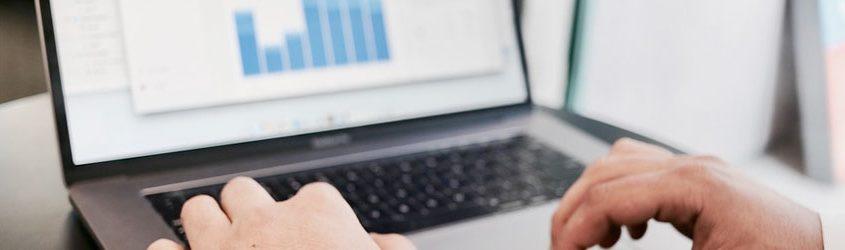 Mani che utilizzano un notebook per vedere dei dati