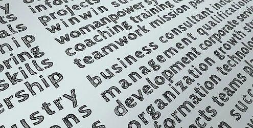 Parole o keywords scritte su un foglio bianco