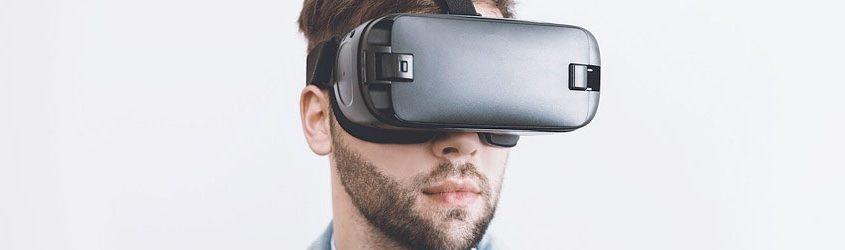 Ragazzo che indossa una maschera o visore di realtà virtuale