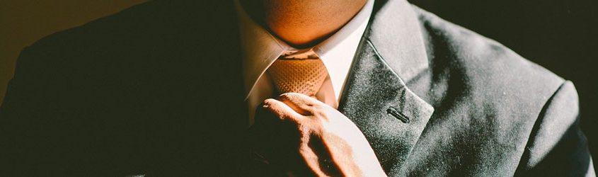 Manager che mette a posto la cravatta