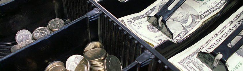 Cassa contenete dollari in banconote e monete