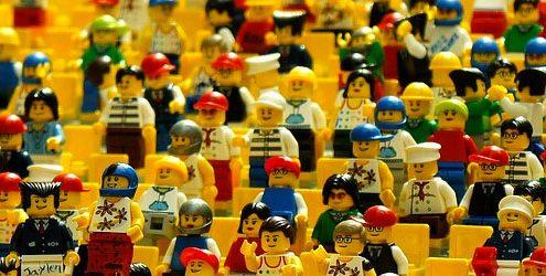Personaggi Lego su sfondo giallo