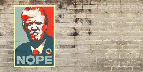 """Manifesto che rappresenta Donald Trump con scritta """"Nope"""" affisso su vecchio muro"""