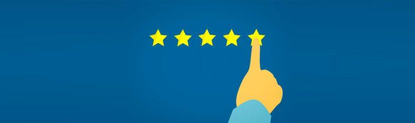 Migliorare la Reputazione dell'Immagine Online: Illustrazione di un dito che indica la quinta di 5 stelle