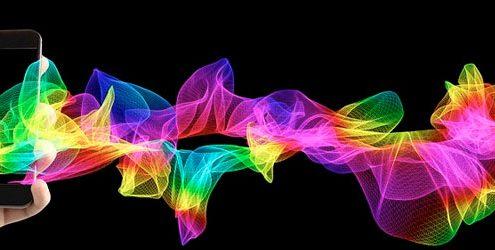 Mano con smartphne che produce un flusso di colori