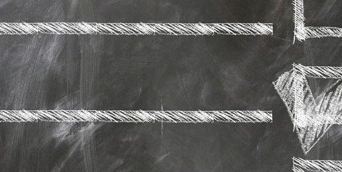 Regole per marchio influente: checklist disegnata col gesso su una lavagna
