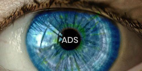 """Occhio celeste che riflette la scritta """"ADS"""""""