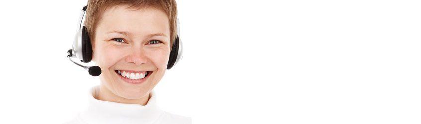 Ragazza che lavora in un customer service o call center su sfondo bianco