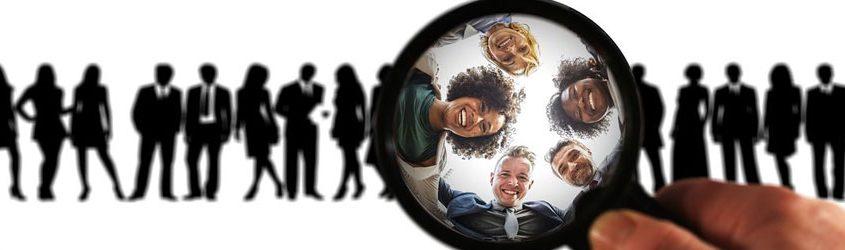 Target marketing: lente in primo piano che evidenzia un gruppo di persone e altre sagome di persone sullo sfondo