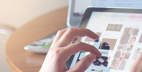 Mani che utilizzano un tablet
