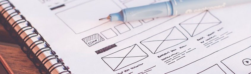 Web Design Trend: Pennino appoggiato su foglio di progetto di interfaccia, UX, UI di un sito web