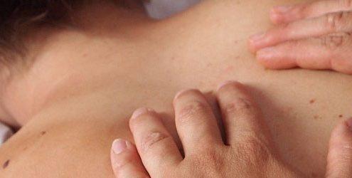 Mani di fisioterapista che eseguono un massaggio