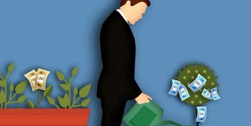 Illustrazione di uomo elegante che annaffia una piantina che genera soldi, con vicino altre piante che fruttano soldi