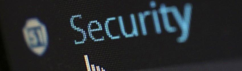 """Schermo nero con scritta """"security"""" azzurra con manina bianca che la clicca"""