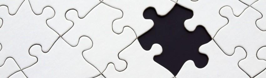 Puzzle bianco con pezzo mancante