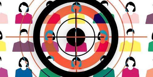 Target: mirino puntato su un gruppo di persone variegate e stilizzate sullo sfondo