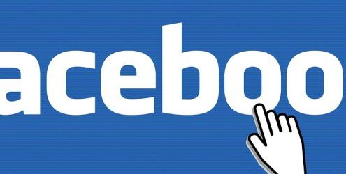 Logo di Facebook cliccato con mani protese