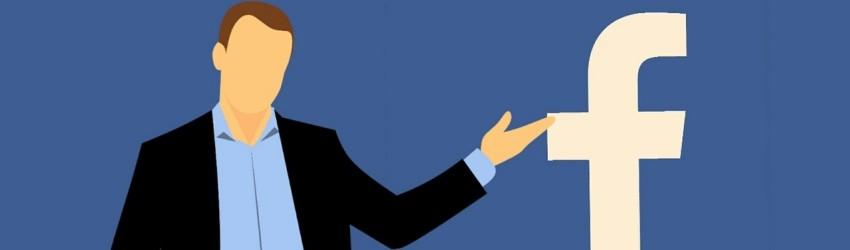 Uomo che indica logo di Facebook