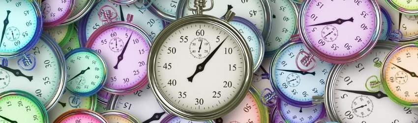 domina il tuo tempo: serie di cronometri colorati sovrapposti con in primo piano un cronometro più grande in funzione