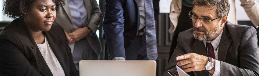 Canale YouTube Aziendale: team aziendale di 5 persone che guardano un laptop di fronte a loro
