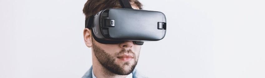 Social Media Trends 2019: uomo che indossa visore ottico per la realtà virtuale