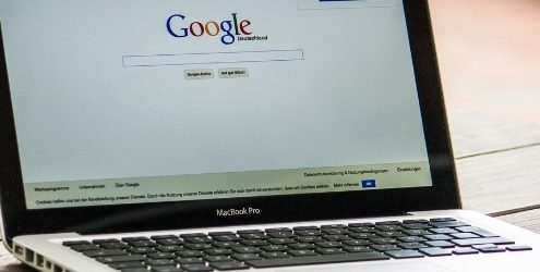 Insight consumatori 2018: computer che mostra una pagina di ricerca di Google poggiato su un tavolo di legno in un giardino