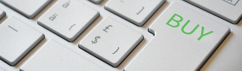 e-commerce: tastiera di computer con tasto per comprare al posto dell'invio