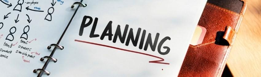 """Pianificare la migliore Strategia: taccuino con scritto """"planning"""" sottolineato in rosso"""