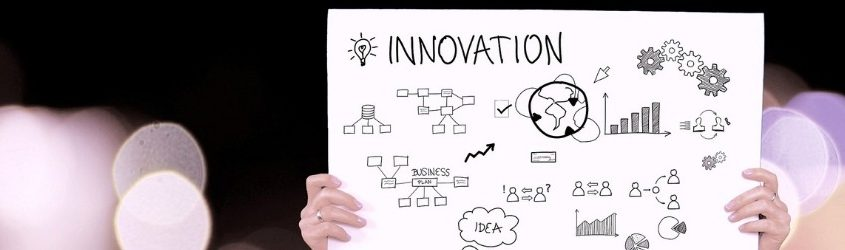 """Mercato Digitale Italiano: donna che regge un cartello con scritto """"Innovation"""" e tante icone che rappresentano l'innovazione"""