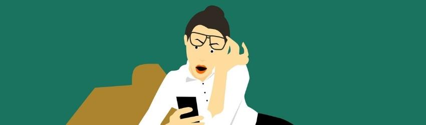 Social Crisis Luxury Brand: illustrazione di donna scandalizzata che guarda lo schermo del proprio smartphone
