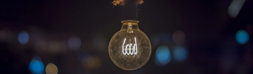 smartphone pieghevoli: lampadina accesa su sfondo buio con luci confuse