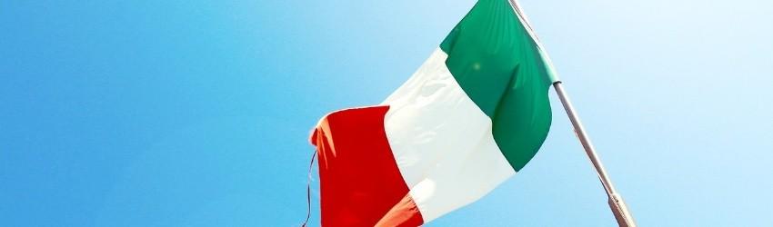 Samsung Bixby italiano: bandiera italiana che sventola su sfondo di cielo azzurro