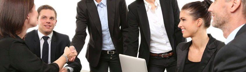 Errori Vendita: Gruppo di commerciali che stringono un accordo commerciale con un'azienda cliente