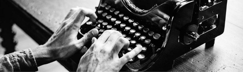 contenuti per i social: mani di uomo che battono sulla tastiera di una macchina da scrivere antica