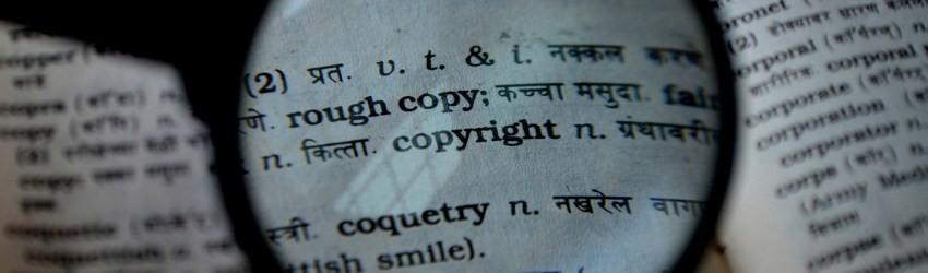 Direttiva Europea Copyright: lente di ingrandimento che ingrandisce la parola copyright sul dizionario