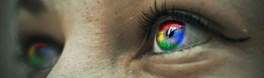 Digital Marketing Punteggio Ottimizzazione: occhi di donna che guardano verso sinistra con riflesso sull'iride il logo di Google