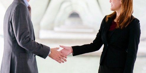Non vendi quanto vorresti: donna e uomo che si stringono la mano ad un incontro commerciale