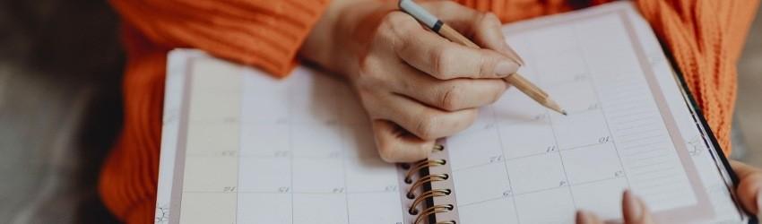 non vendi quanto vorresti: donna che sta compilando la sua agenda per stabilire gli impegni