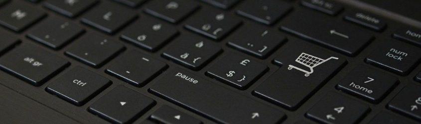 UE nuove regole prodotti digitali: tastiera di computer nera con carrello al posto del tasto invio