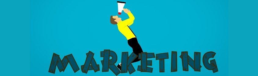 """Referenze: illustrazione di uomo che urla in un megafono dietro alla scritta """"marketing"""""""